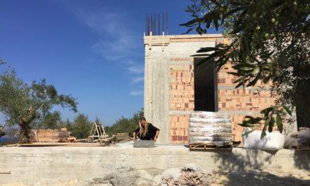 Så bygges der op i mursten…